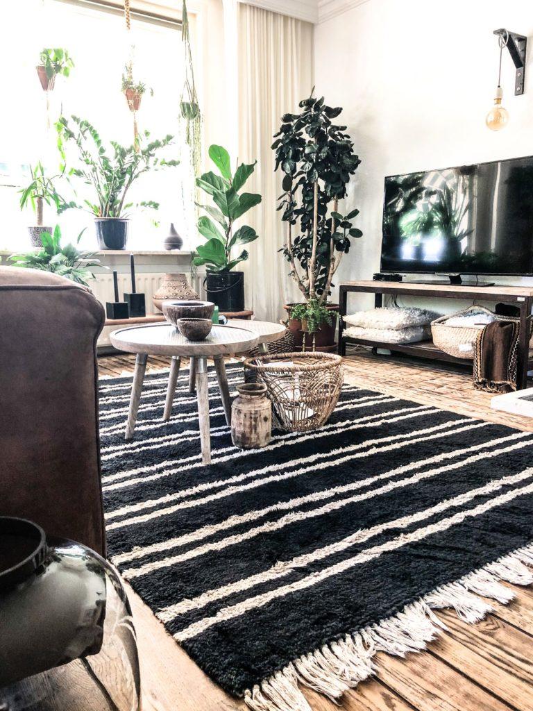 zwart wit vloerkleed in een bohemien huis