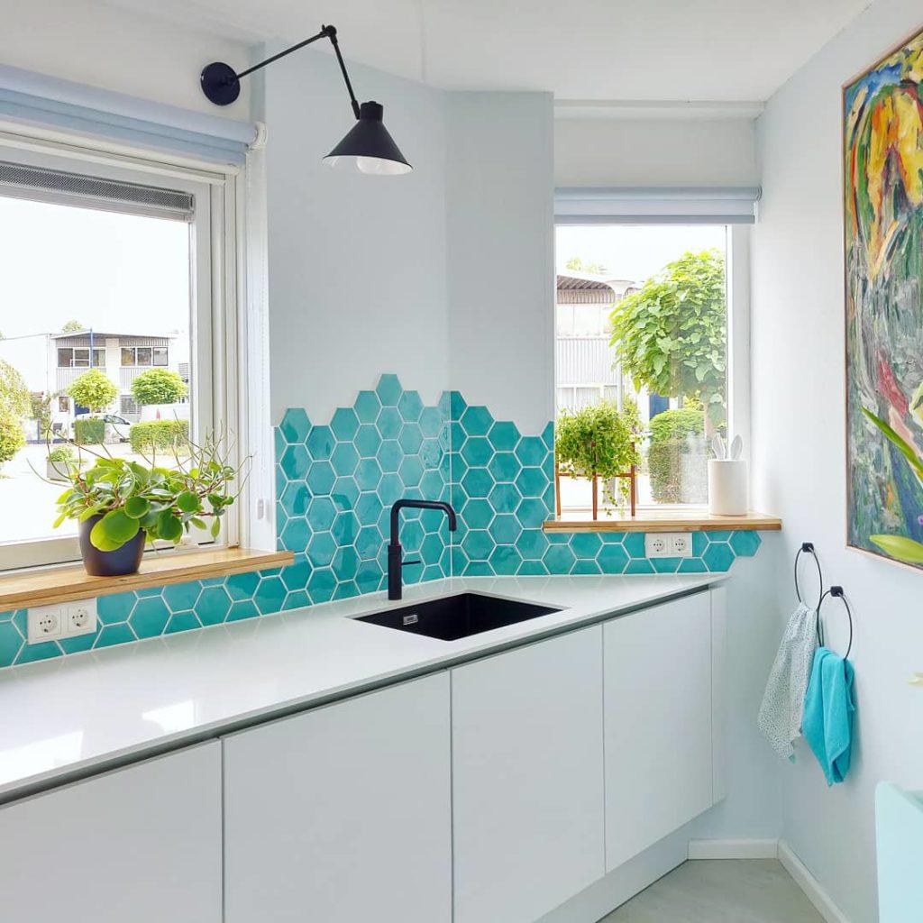keuken met hexagon blauwe tegeltjes