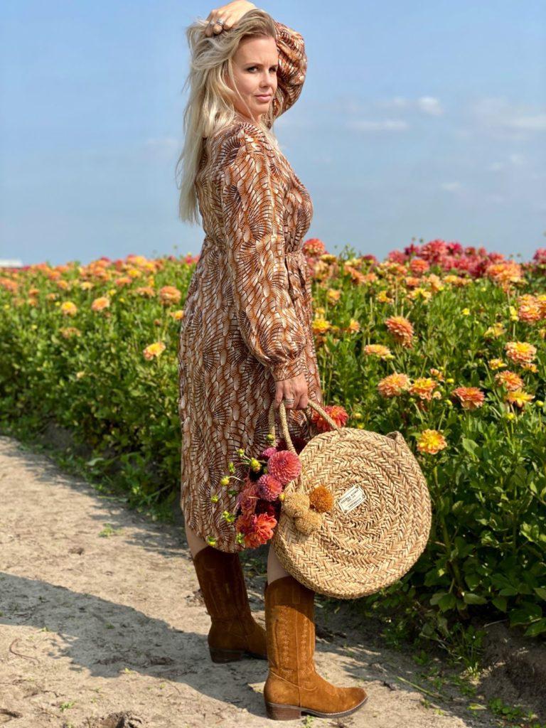 bloemen veld met vrouw